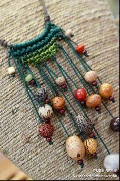 Handmade crochet crochet art of living (Diy Necklace Macrame) Macrame Necklace, Macrame Jewelry, Diy Necklace, Crochet Necklace, Crochet Jewellery, Necklaces, Beaded Earrings, Jewelry Bracelets, Jewelry Crafts