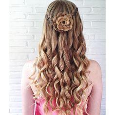 Eine schöne Rose ins Haar flechten. Perfekt für den Sommer