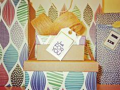 SCHÖN VERPACKT I  Die letzten Jahren ist ein regelrechter Boom um liebevoll verpackte Geschenke entstanden. Die Muster und Farben sind scheinbar unendlich. Auf den letzten Metern des Monatsthemas nochmal eine Inspiration für die nächste Gelegenheit. Verpackt Ihr auch mit allen Schikanen wie Bändern Karten Karton Tüten & Co.? Oder seid Ihr da eher einfallslos?  #geschenkverpackung #papier #dekoration #geschenkt #papeterie #diy