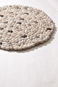 Pebbles wool felt rug