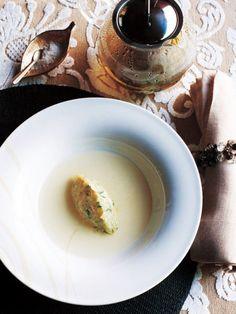ゆっくりと火を通した玉ねぎの旨みを引き立てるのは、タイムとローズマリーの香り高いスープ|『ELLE a table』はおしゃれで簡単なレシピが満載!    INGREDIENTS 材料  4人分 新玉ねぎ(薄切り)2個 バター(食塩不使用)適量 パセリ(みじん切り)適量 塩適量 スープ 水(あれば軟水)350cc ゲランドの塩適量 ローズマリー(生)40g タイム(生)120g HOW TO COOK 作り方  フライパンにバターを熱して玉ねぎと塩を入れて弱火で炒める。 しんなりしてきたら少量の水を加え、オーブンシートでふたをし、弱火で1時間ほど、ときどきかき混ぜながら色づかないように火を通す。 1 にパセリを加えて混ぜ、スプーンで卵形にして器に盛る。 スープを作る。 鍋に水を沸かし、その他の材料を入れて火を止め、すぐに2 の器に漉し入れる(ティーポットを使ってもよい)。