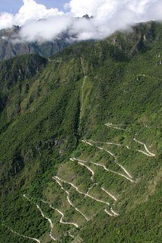 Ascension à pieds jusqu'au sommet du Machu Picchu, depuis Aguas calientes, en coupant court les lacets de cette piste, je suis arrivé mouillé trempé de sueur à 7 heures du matin, laissant les microbus qui circulent sur ces méandres prendre en charges les premiers touristes qui sont arrivés en haut vers 11:00 me laissant de pleines heures de méditation solitaire et d'extase... Epopée...