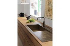 The bespoke brass sink was treated with acid to create a rich patina, as was the Quooker tap. gardehvalsoe.dk