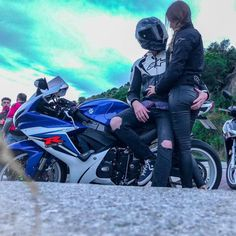 Weekend Adventures with Motorcycle? Scooter Motorcycle, Motorbike Girl, Motorcycle Style, Motorcycle Couple Pictures, Biker Couple, Bajaj Motos, Cuddle With Boyfriend, Weekend Activities, Cruise Outfits