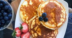 You read right–This entire recipe has 0 fat and just 1 carb! They're magical macros for the taste! Feel free to add fun toppings like low calorie ice cream (arctic zero and halo top are great), peanut butter, and syrups! Low Calorie Pancakes, Healthy Protein Pancakes, Protein Powder Pancakes, Protein Powder Recipes, Protein Breakfast, Breakfast Bites, Healthy Food, Pure Protein Foods, Protein Power