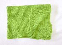 Mantita de punto para bebé hecha a mano. Medidas: 55x85 cm. Colores: Verde, morado, camel, azul, azul cielo, rosa. Material: Lana.