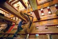"""""""L'Hermione"""" - 2002 - Un charpentier réceptionne une bauquière du pont de batterie de la frégate. courbe de fil et équerre métallique: Crédits : AFP/Derrick Ceyrak"""