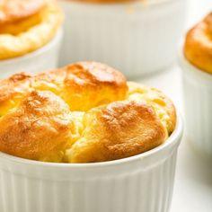 Soufflé au fromage facile et rapide – Ingrédients de la recette : 60 g de beurre, 50 g de farine, 1/2 l de lait, 4 oeufs, 125 g de gruyère râpé