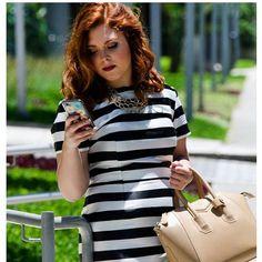 Look lindo e super na moda: vestido listrado e maxi colar dourado @carolgregori.  Inspiração da Carla @notrabalho para as festas e confraternizações de final de ano. ❤👑👸👏🎄🎉 #elausacarolgregori #maxi #colar #moda #estilo #inspiracao #blogger #golden #necklace #fashion #style #trend #inspiration #instamood #instalook #instablogger #instafashion