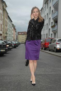 Es muss nicht immer das kleine Schwarze sein! Lila Halterneckkleid mit H&M Fake Fur Jacke. Christmas in Purple, Black & Gold...