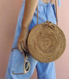Idée et inspiration look d'été tendance 2017 Image Description French girls never buy this one bag style. Find out why, and then shop their favorites.