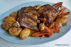 Friptura de porc la cuptor – marinata cu iaurt si usturoi. O friptura frageda si rumena (la tava) pe care am insotit-o cu o garnitura compusa din cartofi aurii si morcovi caramelizati. Am folosit bucati de piept de porc cu coaste. Cred ca friptura din piept de porc cu coaste mi-e cea mai draga. Structura … Pork Recipes, Cooking Recipes, Romanian Food, Cordon Bleu, Tandoori Chicken, Chicken Wings, Easy Meals, Full Meals, Turkey