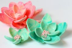 """Quick and easy chocolate flower using disposable spoons to jazz up your cakes and desserts. easy Chocolate Flower (Previous video) : <a href=""""https://www.youtube.com/"""" rel=""""nofollow"""" target=""""_blank"""">www.youtube.com/</a>..."""