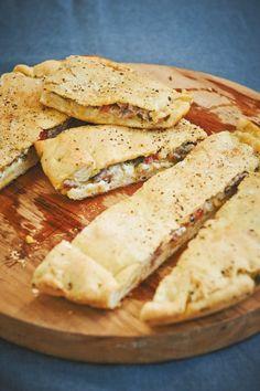 Die italienischen Hefefladen sind so dankbar für Experimente. Hier mit Mett, Mozzarella und Tomaten gefüllt. Großartig!