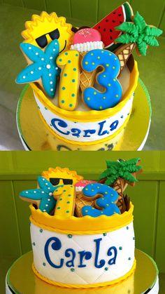 Pastel de fondant con galletas decoradas