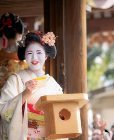 Katsuna during Mamemaki Japanese Costume, Japanese Kimono, Kabuki Costume, Geisha Japan, Memoirs Of A Geisha, Japan Art, Traditional Outfits, Kyoto, Beautiful Images