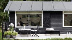 Det klassiske sommerhus i Odsherred er med en tilbygning blevet en skøn oase. Her står arkitekt Christina Halskov, af fra stress og jag i hverdagen, nyder livet og lader op til nye udfordringer.