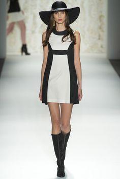 Al seguir la tendencia blanco & negro en una sola prenda, este es el vestido que debes elegir.   Las líneas negras verticales a los lados laterales del cuerpo dará la ilusión óptica de ser más delgada.  Así mismo la línea negra horizontal situada justo debajo del busto hará creer que eres más alta por el lugar en el que está situada.     Rachel Zoe (SS '13)