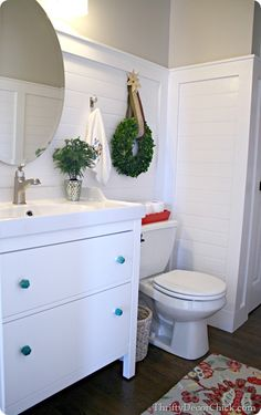 Who said you couldn't decorate your bathroom for the holidays?