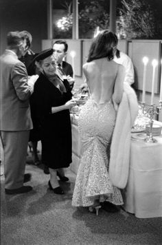 The Real Jessica Rabbit - Vikki 'The Back' Dougan was an actress in the who made her name by wearing, unheard of, super sexy backless dresses. She was the actual inspiration for Jessica Rabbit in 'Who Framed Roger Rabbit? Vikki Dougan, 1950s Fashion, Vintage Fashion, Vintage Mode, Vintage Air, Vintage Glam, Life Magazine, Vintage Photography, Life Photography