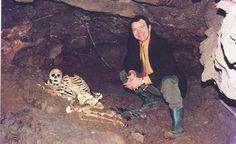 En 1903, encontraron el esqueleto de un hombre de nueve mil años de antigüedad en una cueva aledaña a Cheddar, en el Reino Unido.     En 1994 se realizó un análisis genético, y se descubrió que Adrian Targett, profesor de escuela de Cheddar, era su descendiente directo.