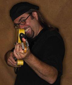 Sonntag 23. September Greg Koch & Band  (USA)  Mit im Gepäck: Die neue CD From the Attic   (Zyx- Peppercake)   Greg Koch's Virtuosität, sein Sinn für Humor und seine Fähigkeit, seine Gedanken über seine Musik auszudrücken, führte zu einer erfolgreichen Karriere als Bandleader, Studiomusiker (Dutzende von Radio- und Fernsehproduktionen) Autor, Schriftsteller und Künstler und Dozent für die Fender Musical Instruments Corporation.