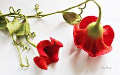 Filzblüte, rot, doppelte Blüte mit Blättergirlande von Mafiz via dawanda.com