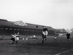 January 1952: CHELSEA and England inside-left ROY BENTLEY in action at Craven Cottage, the Fulham FC ground...