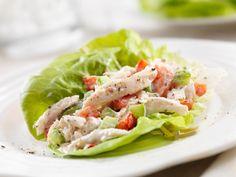 Os proponemos una receta para una cena proteica con un aporte de 44g de proteínas, en una ensalada de pechuga de pollo escabechada. Receta rápida...
