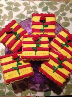 Surprise your family with these cookies for Sant Jordi. Cupcakes, Great Photos, Gingerbread Cookies, Biscuits, Barcelona, Deserts, Rose, Sweet, Saint George