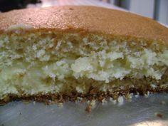 Ingredientes: Massa: , 1 pacote de massa para bolo pronta sabor coco , 3 ovos , 150 ml de leite , 40 g de margarina , 1 colher (sopa) de fermento em pó , Recheio: , 1 lata de leite condensado , 1 1/2 xícara de suco de abacaxi concentrado , 3 colheres (sopa) de amido de milho , 50 g de coco ralado , Calda: , 100 ml de suco de abacaxi concentrado , 1 colher (sopa) de açúcar refinado ,