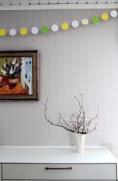 Pääsiäiskoristeita keittiössä, pallonauha Scrapbooking, Mirror, Cards, Furniture, Home Decor, Homemade Home Decor, Scrapbook, Mirrors, Home Furnishings