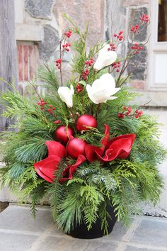 Christmas arrangements - make magic Christmas decorations Outdoor Christmas Planters, Christmas Urns, Christmas Garden, Outdoor Christmas Decorations, Christmas Centerpieces, Christmas Holidays, Christmas Wreaths, Christmas Crafts, Holiday Decor