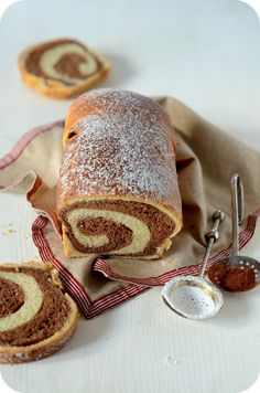 Aujourd'hui, c'est une brioche très simple mais qui fait de l'effet ! Une brioche en forme de cake que lorsqu'on la découpe on obtient une jolie surprise avec son intérieur marbré au chocolat. La prochaine fois, je penserais à la refaire en marbré pistache...