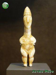 Figura femenina de mármol con gorro cónico (pilos). Considerado como un ejemplo temprano del tipo Plastiras. Período EC I (c. 2800 a. C.) Donado por Christos G. Bastis. Museo del Arte Cicládico, Atenas.