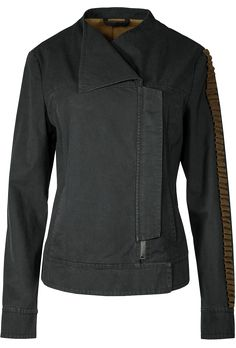 Original replica of Jyn Erso's jacket in Rogue One: A Star Wars Story. The dark grey shell is made of durable cotton poplin fabric. The inner lining is printed with a huge Rebellion logo. The most eye-catching elements are the rippled tape on the left sleeve and the Rogue One badge on the right sleeve. Each jacket comes with a serialised production-number printed on a metal plate. #Musterbrand #StarWars #RogueOne #Jyn