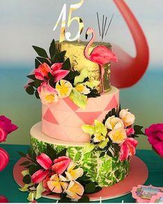 La imagen puede contener: 1 persona, flor y planta Luau Birthday Cakes, Luau Cakes, Hawaiian Birthday, Flamingo Birthday, Birthday Party Decorations, Birthday Parties, Aloha Party, Luau Party, Debut Decorations