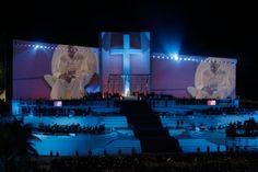 El papa Francisco (c) preside hoy, viernes 26 de julio de 2013, el Vía Crucis de la XXVIII Jornada Mundial de la Juventud, uno de los momentos más sugestivos de las JMJ, al que asisten varios cientos de miles de jóvenes de 190 países, en la playa de Copacabana, en Río de Janeiro (Brasil). EFE