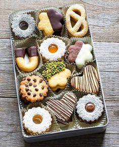 Recipe for gingerbread cookies, which you can use to make a pretty Christmas cookie box! Cookie Gifts, Cookie Desserts, Food Gifts, Cupcake Cookies, Sugar Cookies, Cookie Recipes, Cookie Gift Boxes, Cookie Tin, Cupcakes