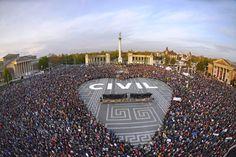Az óriási tömeg egy szív formát igyekezett kialakítani a téren.