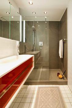 mit natursteinriemchen verkleidete wand mit eingebauten nischen, Badezimmer