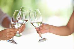 De tafel is bijna gedekt en je bent er helemaal klaar voor: barbecue op een zomerse zondag. Maar, de witte wijn staat nog niet koud. Hoe los je dat op?
