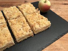 Ein sehr saftiger Apfelkuchen, der am nächsten Tag noch besser schmeckt :-)      Apfelstreuselkuchen  Zutaten (für ein Backblech):  Für den Teig:     400 g Mehl   200 g Butter   180 g Zucker   3 Eier   1 Pkg Backpulver    Für den Belag/die Streusel:     1.5 kg Äpfel   100 g Zucker   200 g Mehl   120 g Butter Apple Crumble Cake, Apple Pie, Butter Ingredients, Baking Sheet, Apple Recipes, Nutella, Sweet Tooth, Treats, Cooking
