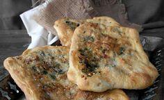 Σήμερα θα μοιραστώ μαζί σας μια παραδοσιακή συνταγή από την Παλαιστίνη, μία συνταγή από τις πιο αγαπημένες και δημοφιλείς της χώρας και όχι άδικα. Πρόκειται για ένα επίπεδο ψωμί που θυμίζει την δική μας λαγάνα αλλά το εσωτερικό του αποτελείται... Greek Appetizers, Cheese Pies, Yams, Bread Recipes, Bakery, Food And Drink, Favorite Recipes, Snacks, Vegan