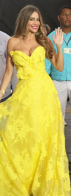 Who made  Sofía Vergara's yellow sweetheart gown?