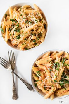 Penne alla Vodka is a fantastic weeknight meal that can be on the table in about minutes! I Love Food, Good Food, Yummy Food, Penne Alla Vodka, Vegetarian Recipes, Cooking Recipes, Pot Pasta, Pasta Dinners, Easy Weeknight Meals