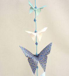 Guirlande en origami - papillons bleu, beige et pointe de doré – Collection « Bulles de Bleu » : Décoration pour enfants par les-cubes-de-lili