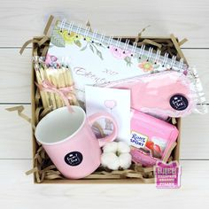 DIY Personalized Gift Baskets DIY Personalized Gift Basket For Anyone, Girlfriend, Kids, Mom Etc - Owe Crafts Diy Gift Baskets, Gift Hampers, Personalised Gifts Diy, Customized Gifts, Birthday Box, Birthday Gifts, Homemade Gifts, Diy Gifts, Diy Cadeau