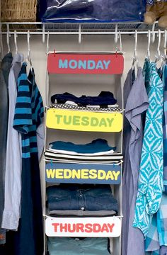 Organisateur de garde-robe � faire soi-m�me - Cet adorable organisateur de garde-robe est une solution facile qui fait gagner du temps aux enfants occup�s gr�ce � un simple module de rangement suspendu.