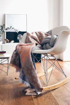 Lieblingsplatz Schaukelstuhl! #eames #holzboden #wohnzimmer  #designklassiker #design Entdecke Noch Mehr